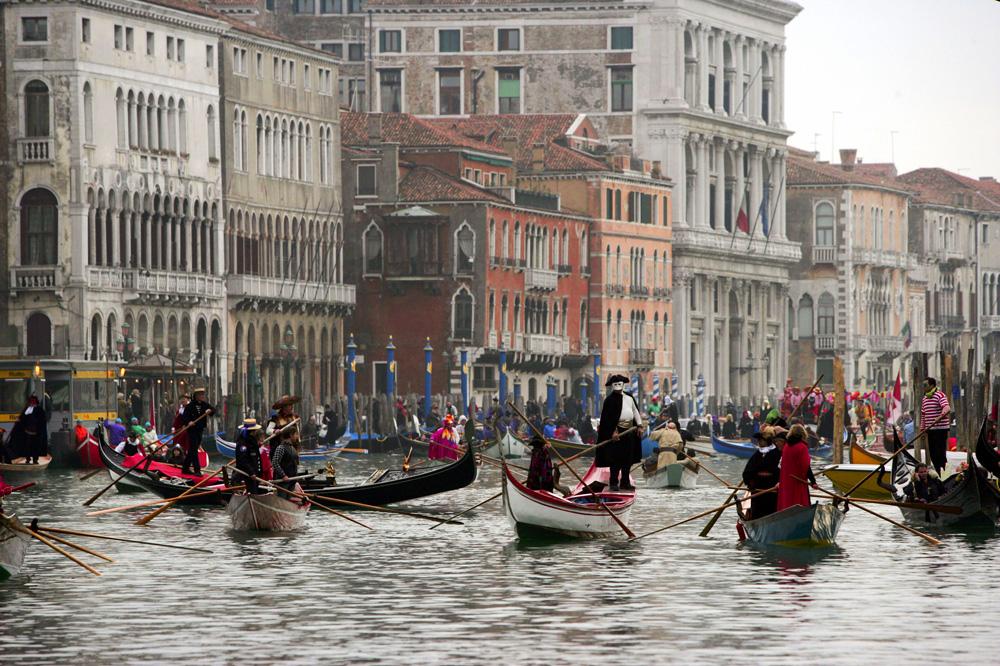 Гондоли по време на карнавала във Венеция